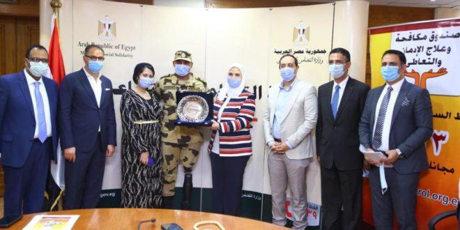 """""""القباج"""" تكرم بطل إعلان حملة """" أنت أقوى من المخدرات """" الضابط بقوات الصاعقة المصرية"""
